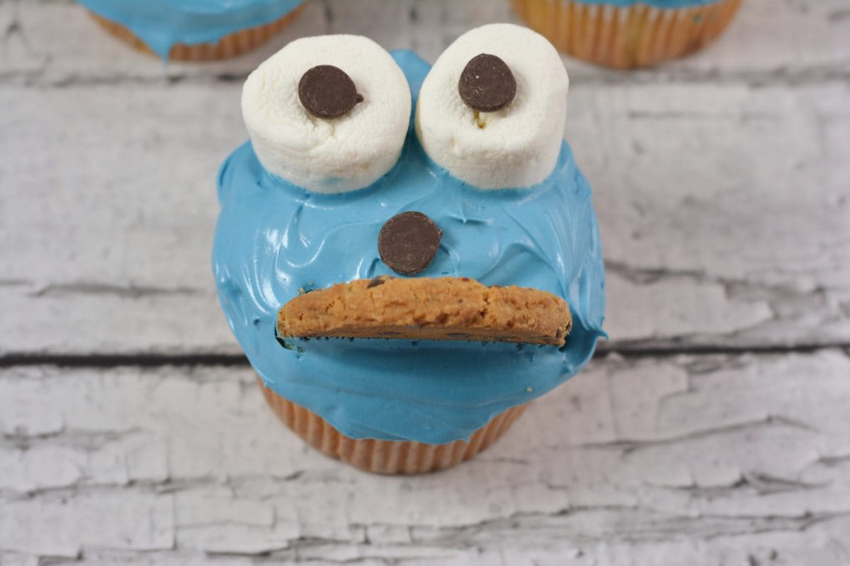 Use a cookie for Cookie Monster cupcake mouth