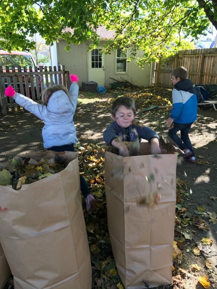 kids-fill-lawn-bags-with-leaves